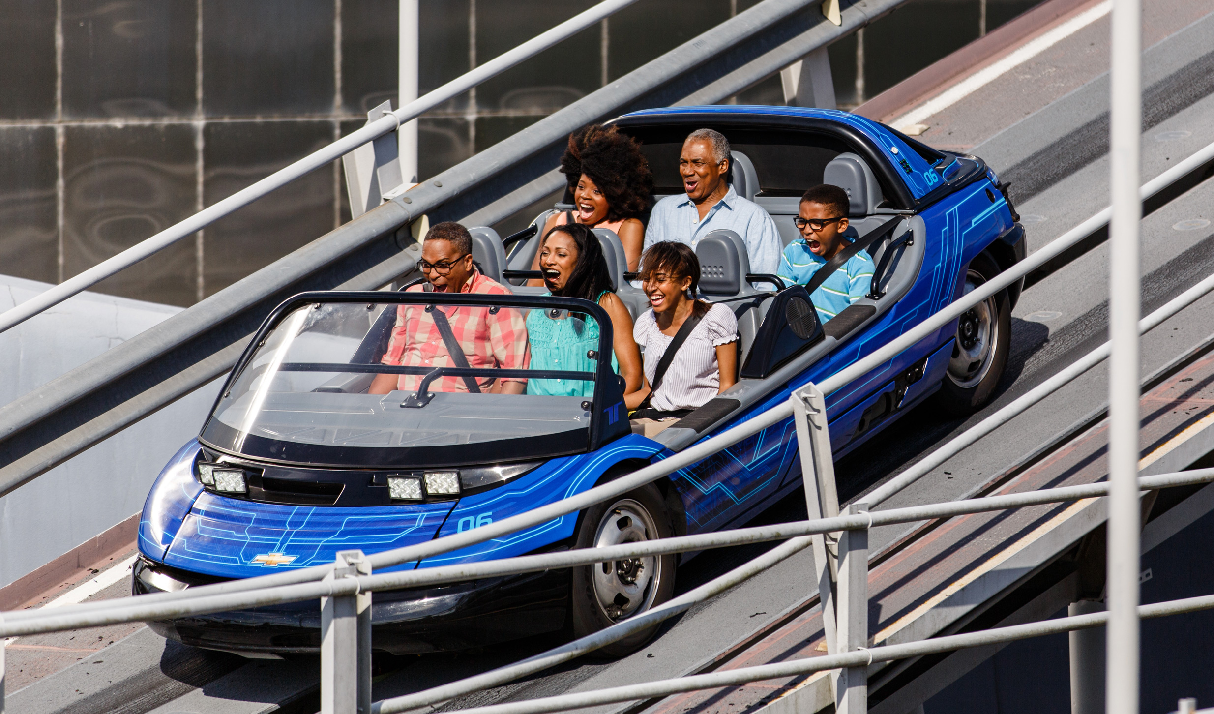 Visitantes de todas as idades curtem um passeio incrível pelo Test Track Presented by Chevrolet no Future World do Epcot