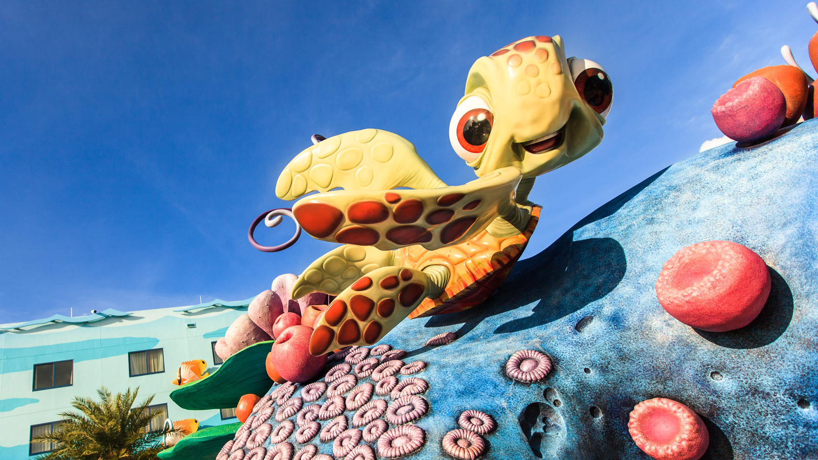 Squirt, le bébé tortue de mer, sourit et prend la pose devant le Disney's Art of Animation Resort
