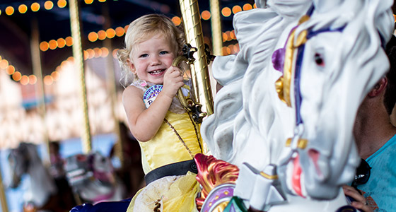 Un tout-petit sur le Prince Charming Regal Carrousel au parc Magic Kingdom.