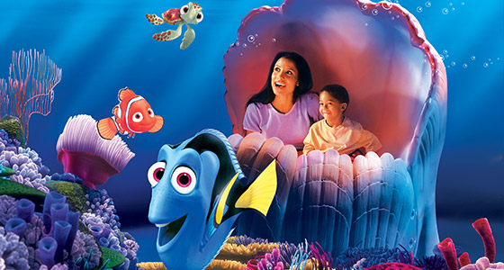 Une maman et son fils à The Seas With Nemo & Friends à Epcot.