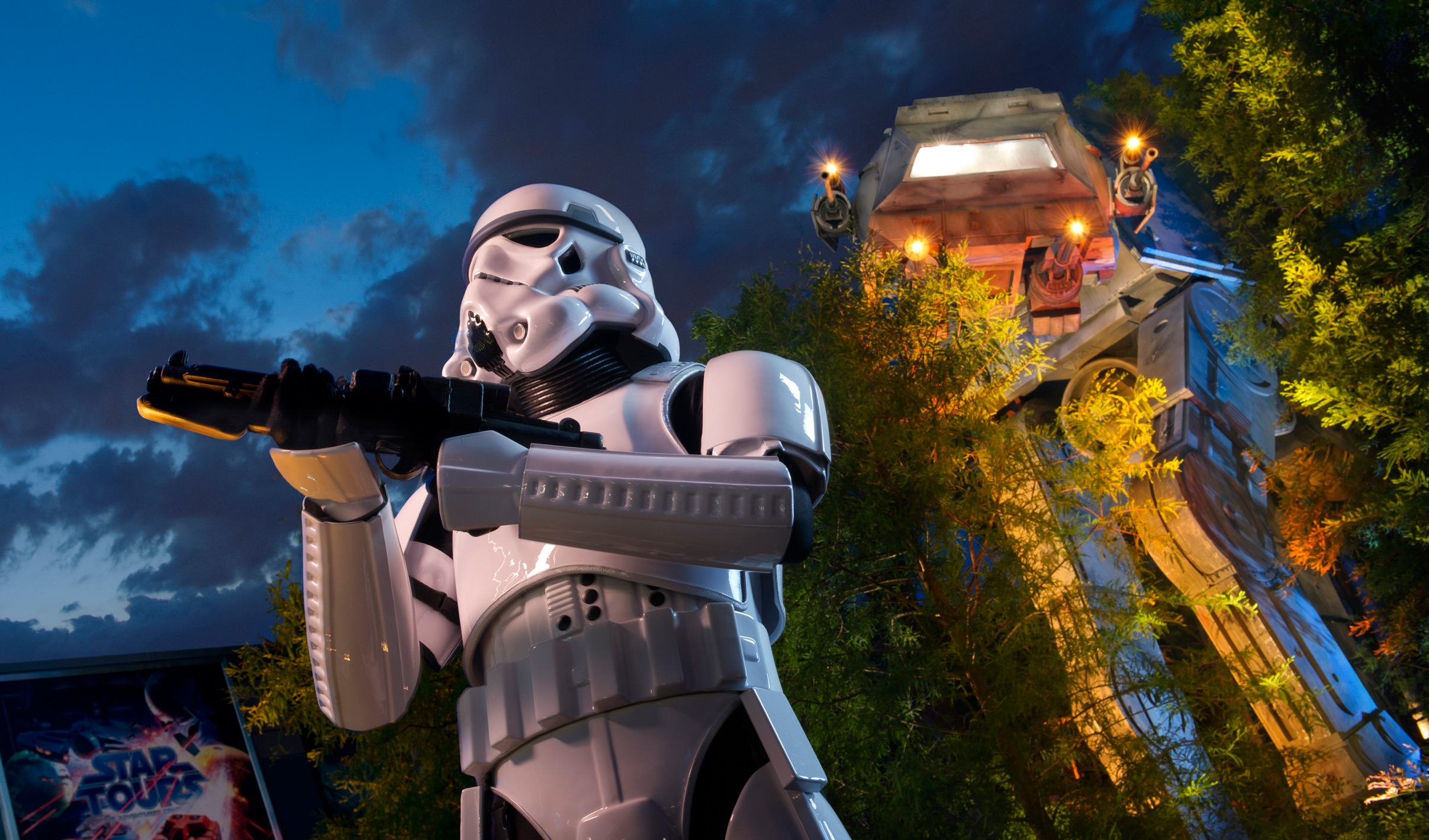 Un Stormtrooper sostiene un arma mientras monta guardia fuera de Star Tours – The Adventures Continue