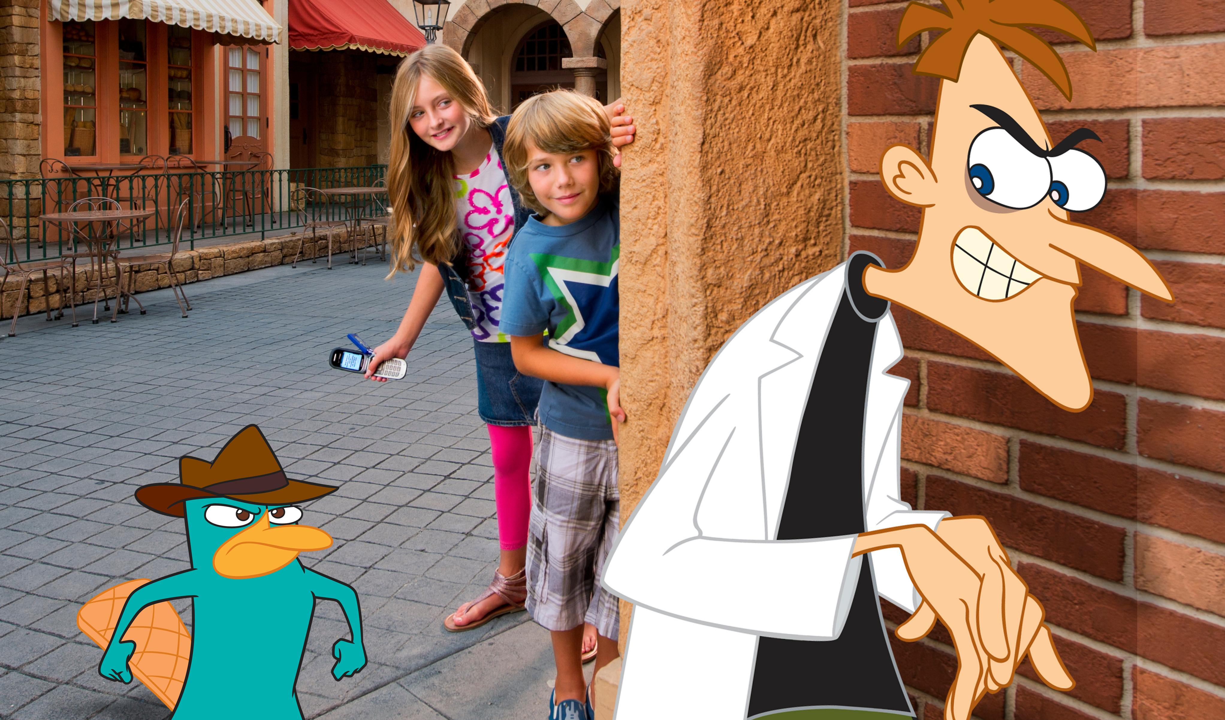 Os visitantes olham uma esquina durante o Phineas e Ferb: Agent P's World Showcase Adventure