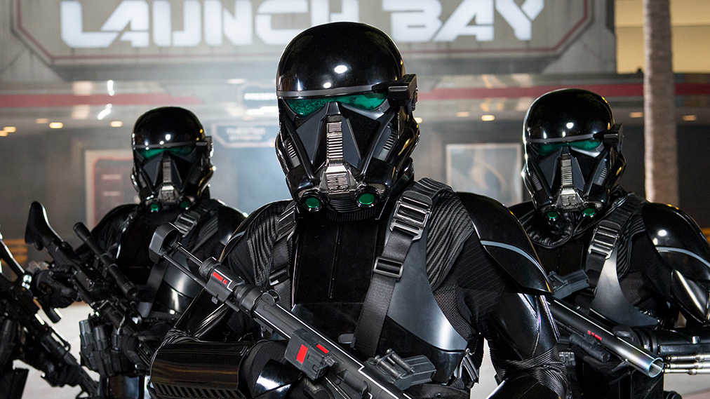 Death Troopers parados haciendo guardia frente a 'Star Wars' Launch Bay en Disney's Hollywood Studios
