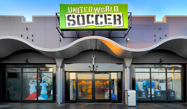 Camisas oficiais de times e mais linhas nas vitrines da United World Soccer na área do Downtown Disney