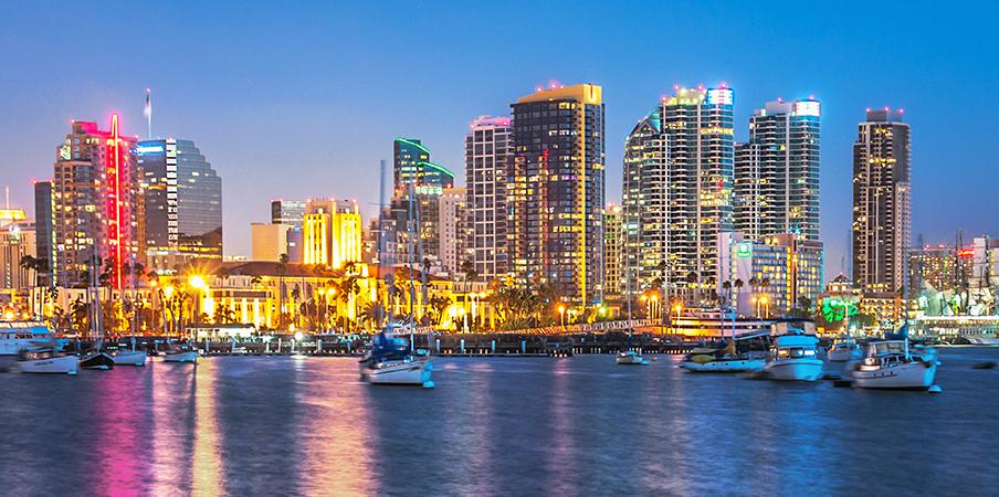 Les gratte-ciel chatoyants sur le bord de mer de San Diego, pendant la nuit