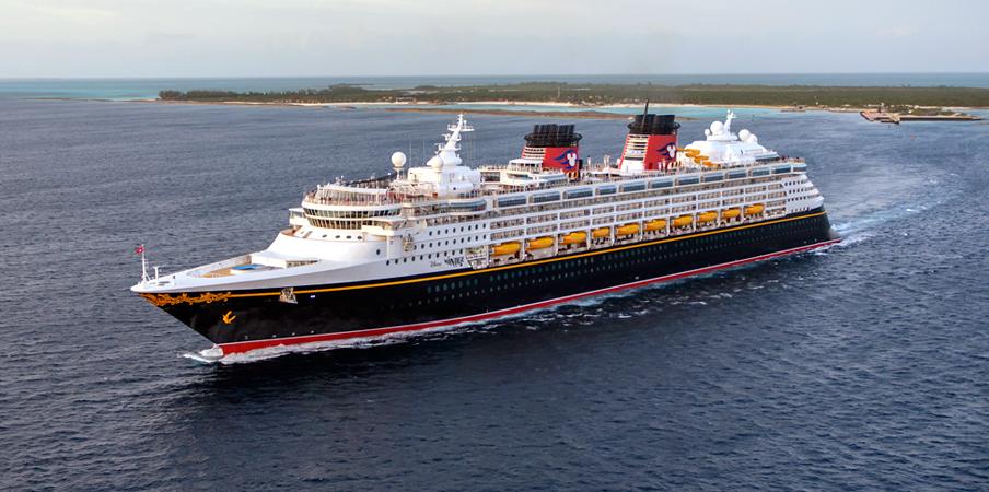 Un crucero de Disney Cruise Line sale de una bahýa de playa angosta