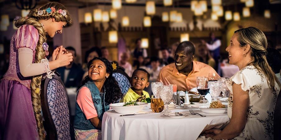 Raiponce parle à une famille mangeant à une table