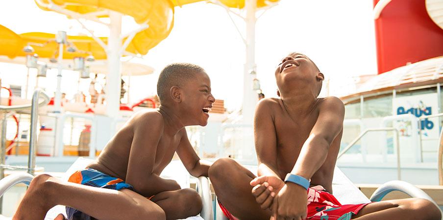 Deux garçons rient