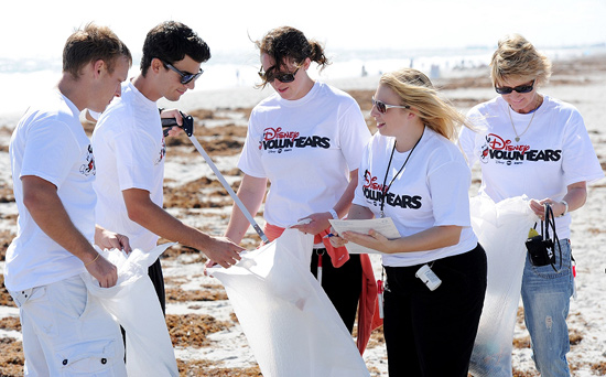 Disney VoluntEARS Create Magic (Naturally!) During Florida Coastal Cleanup