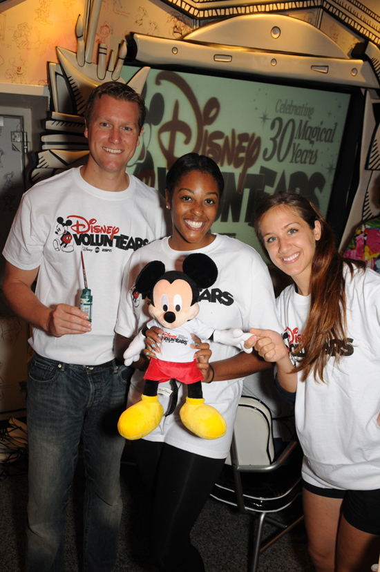 Disney VoluntEARS Are All Smiles After PaintFest at Sea, Which Brought Guests and Their Families Together With Crew Members For a Great Cause