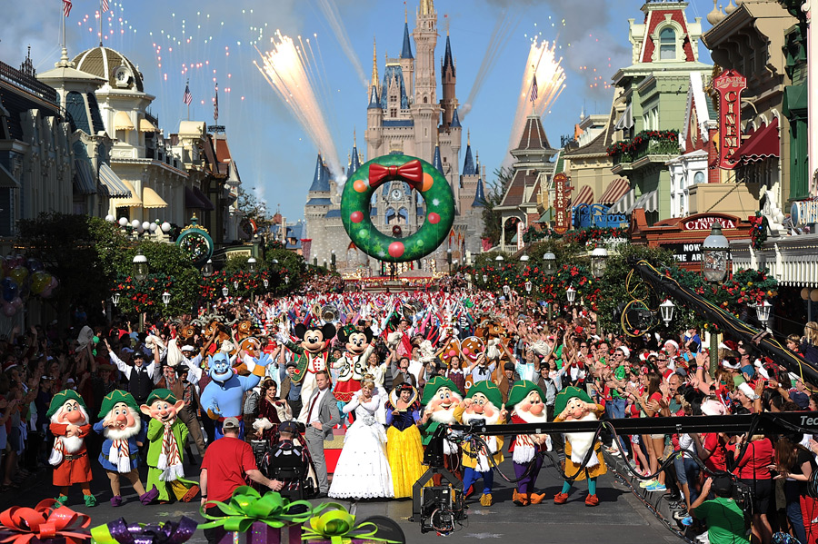 Disney Parks Christmas Day Parade' Celebrates 30 Years of Holiday ...