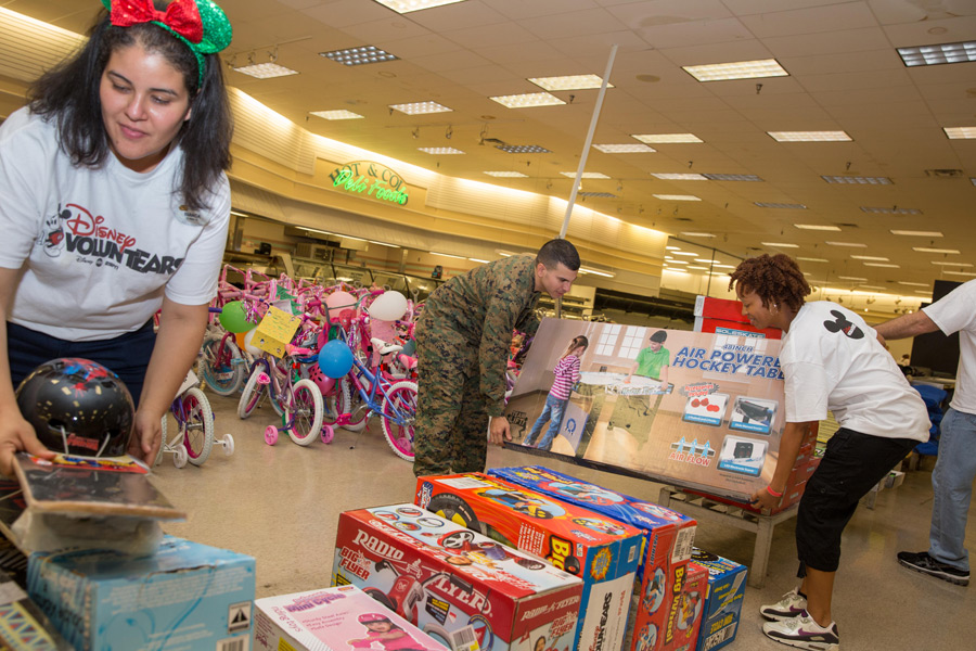 Disney Toys For Tots : Disney voluntears around the globe bring happiness to kids