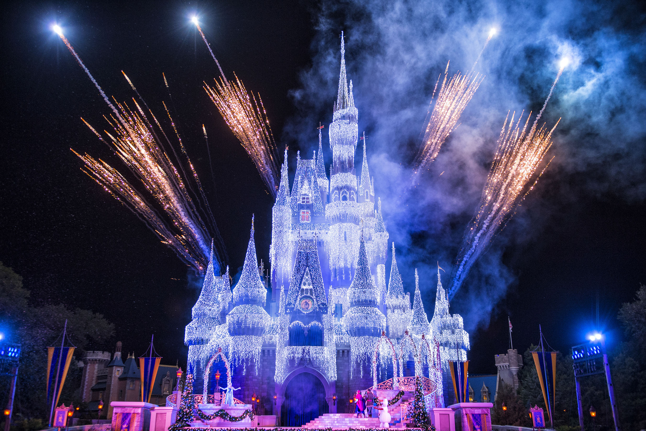 'A Frozen Holiday Wish' Begins at Magic Kingdom Park ...