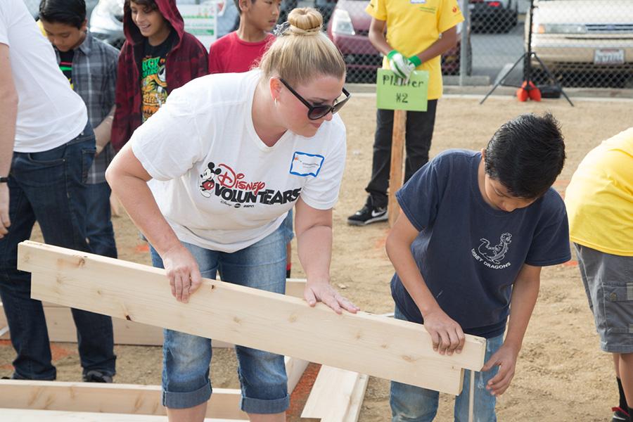 Disney Voluntears American Heart Ociation And Walt Elementary School Build First Teaching Garden In