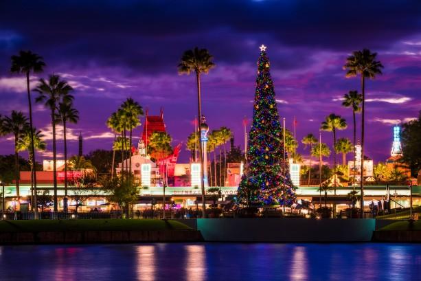 christmas-hollywood-studios-dusk-theater-tree