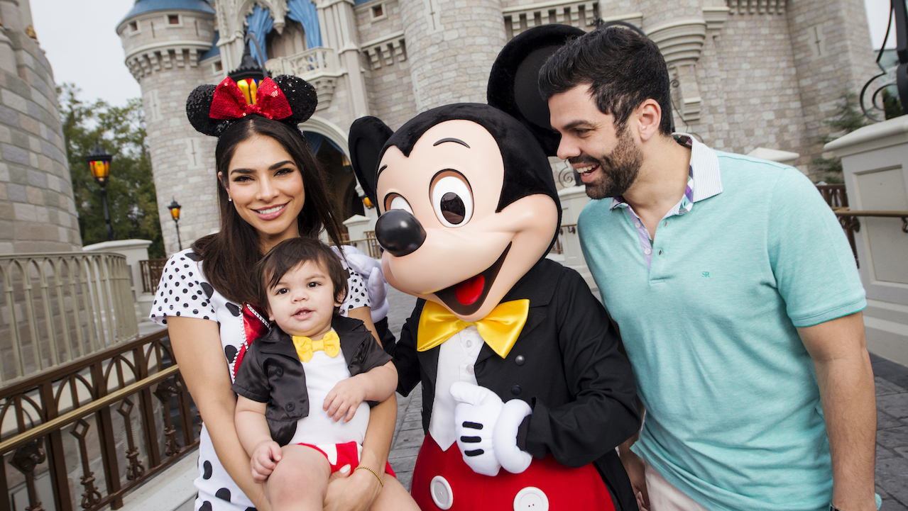 Univision's host Alejandra Espinoza visits Walt Disney world Resort with he family