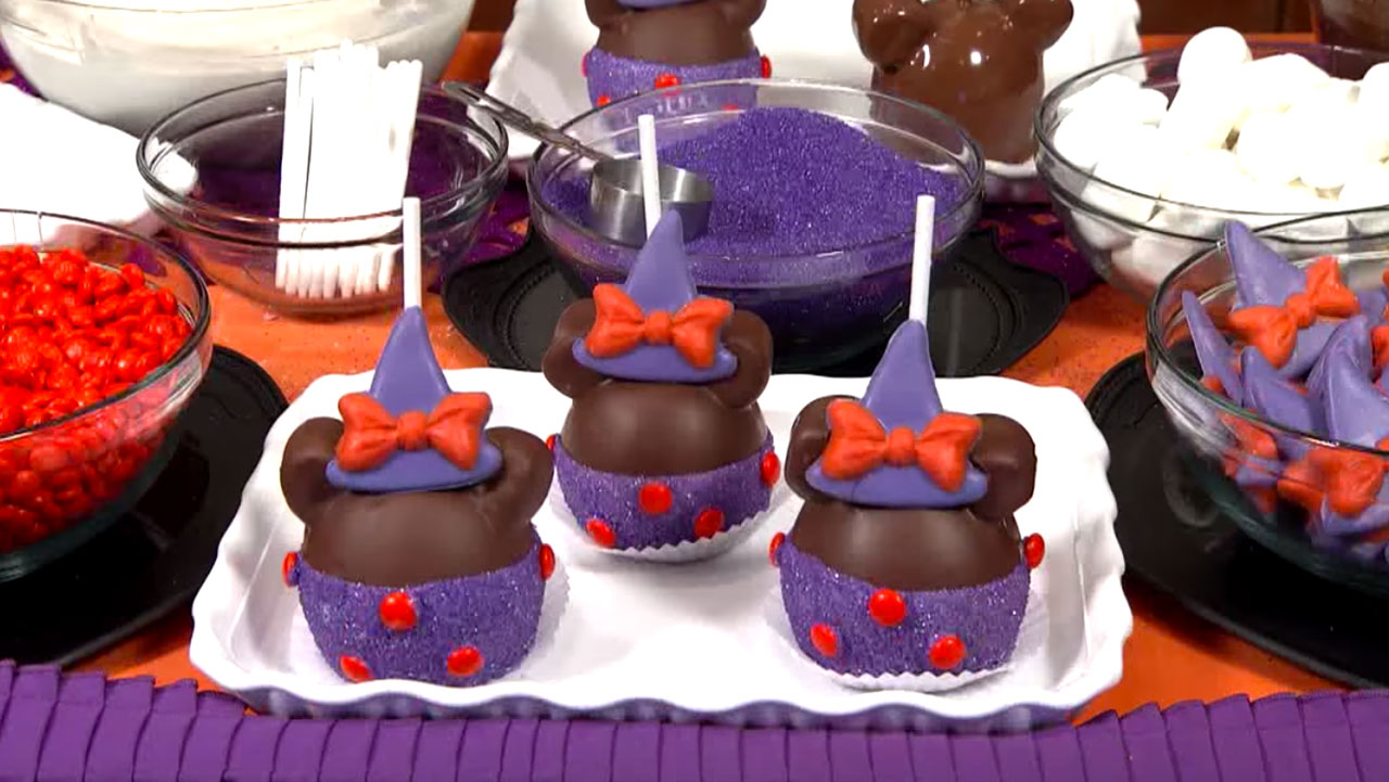 VIDEO – Bewitching Minnie Mouse Gourmet Apple from Halloween Time at the Disneyland Resort