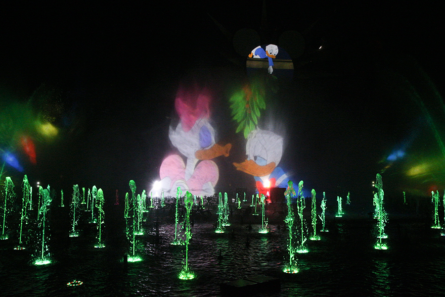 Holidays at the Disneyland Resort Returns November 10 through January 7