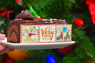 Chocolate Yule Log ay Mickey's Very Merry Christmas Party