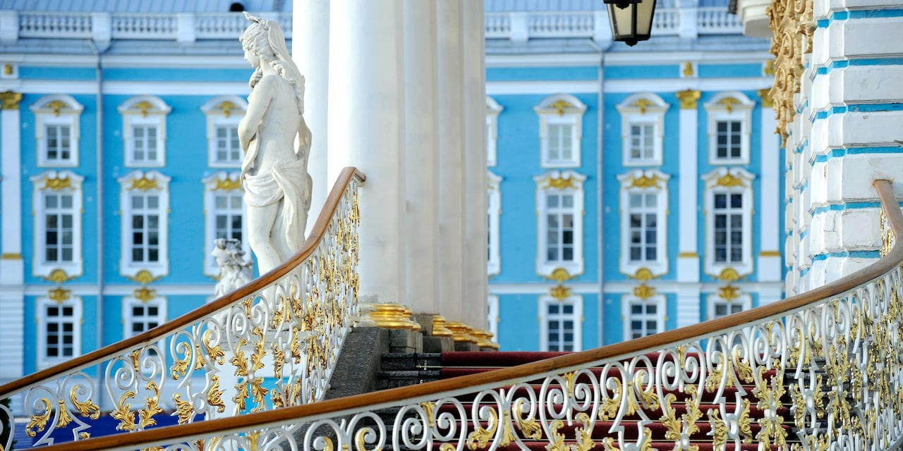 Statue and stairs at the front of the Catherine Palace