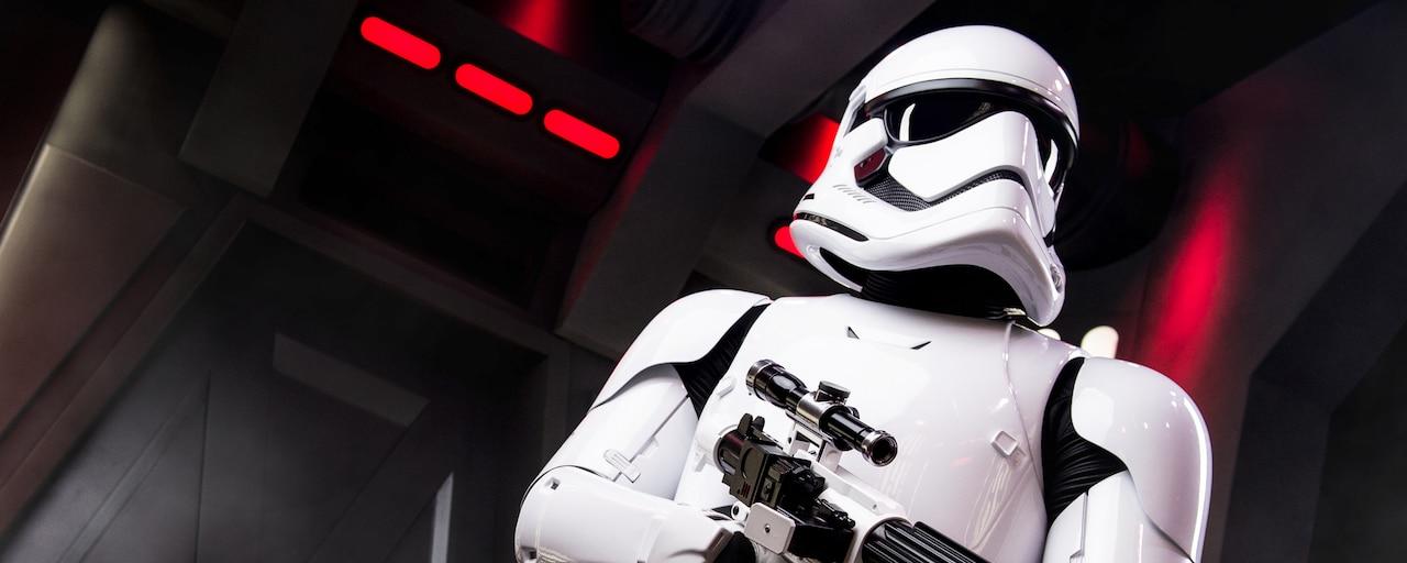Un Soldado de Asalto de Star Wars busca con rifle bláster en mano a un destructor de la Estrella
