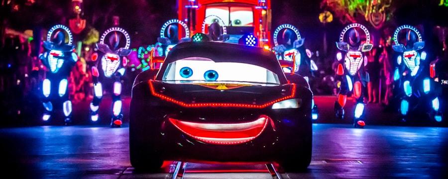 Lightening McQueen, Mack y algunos artistas desfilan en el Paint the Night Parade