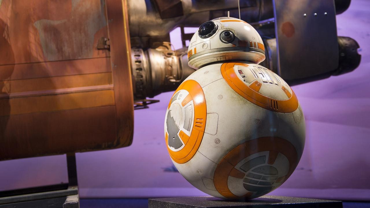 El droide BB 8 de Star Wars esta posicionado junto a una nave espacial replica