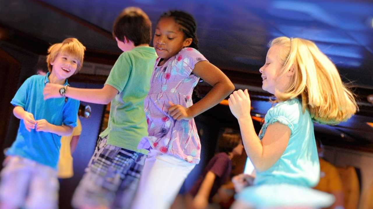 Cuatro niños bailan en la pista de baile