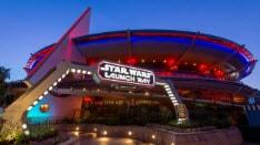 Una marquesina iluminada de Star Wars Launch Bay