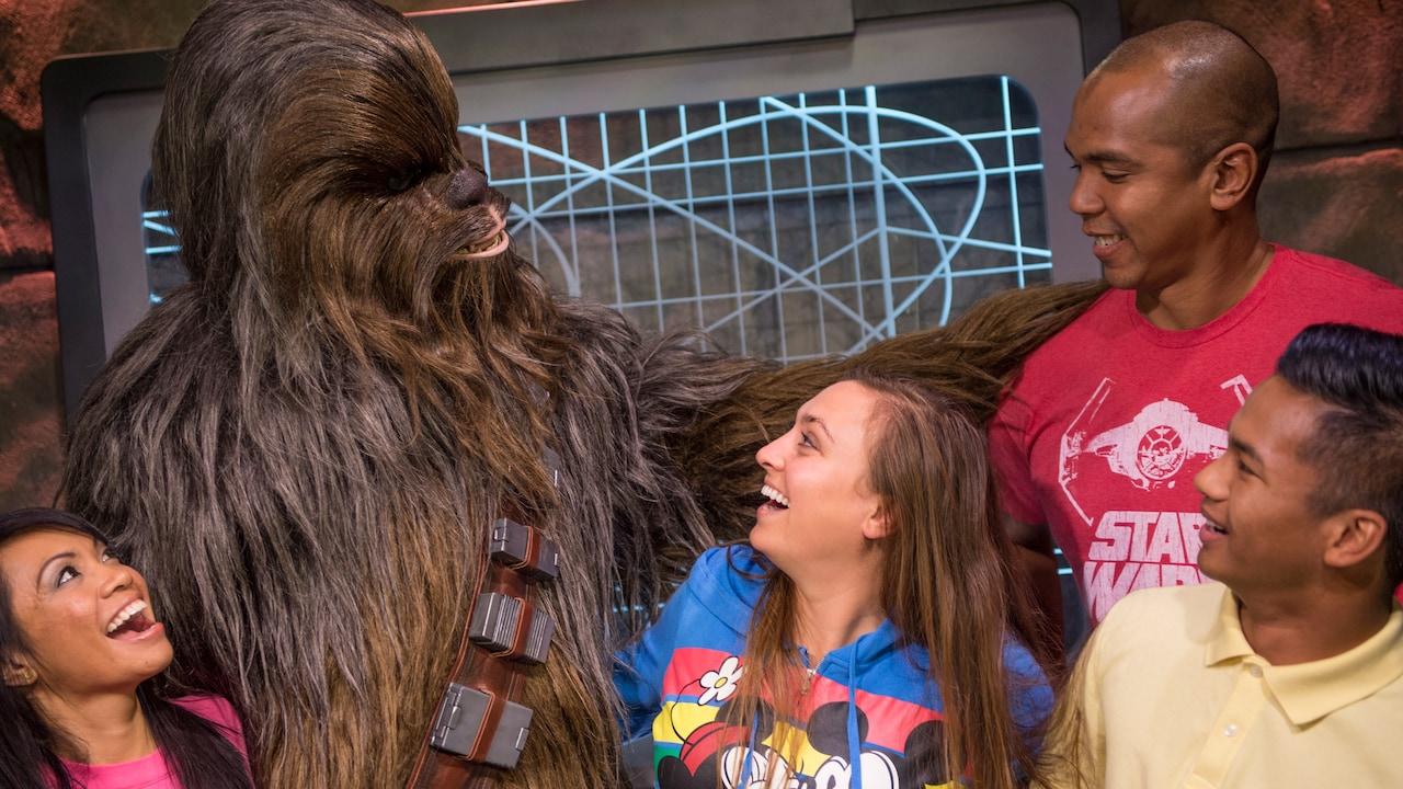 El personaje de Chewbacca posa con 4 Visitantes