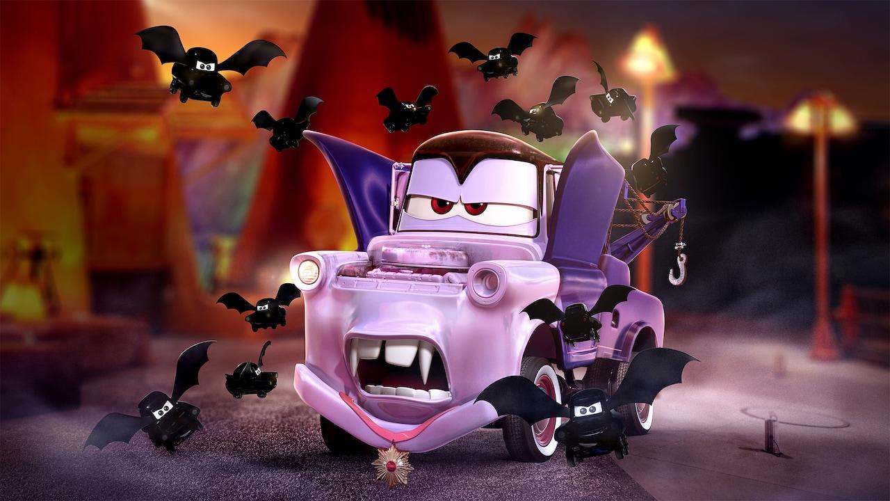 Mini murciélagos negros de Mater vuelan alrededor de Mater, quien está disfrazado de vampiro para Halloween