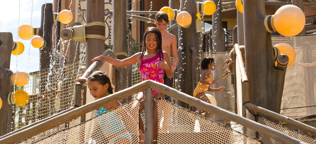 メネフネ・ブリッジのプレイエリアで笑顔で遊ぶさまざまな年齢の子供たち。