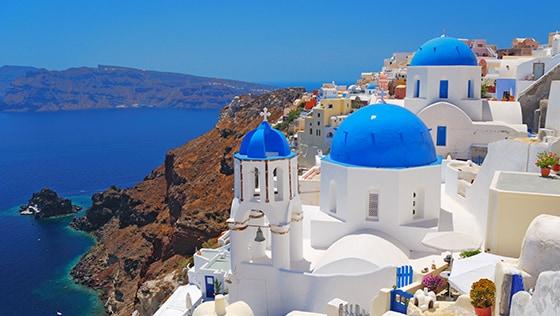 Las cúpulas azules de Santorini, Grecia, en el mar Mediterráneo