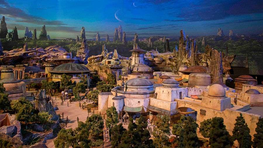 Un modelo conceptual que muestra los edificios de avanzada y las estructuras rocosas de Star Wars: Galaxy's Edge