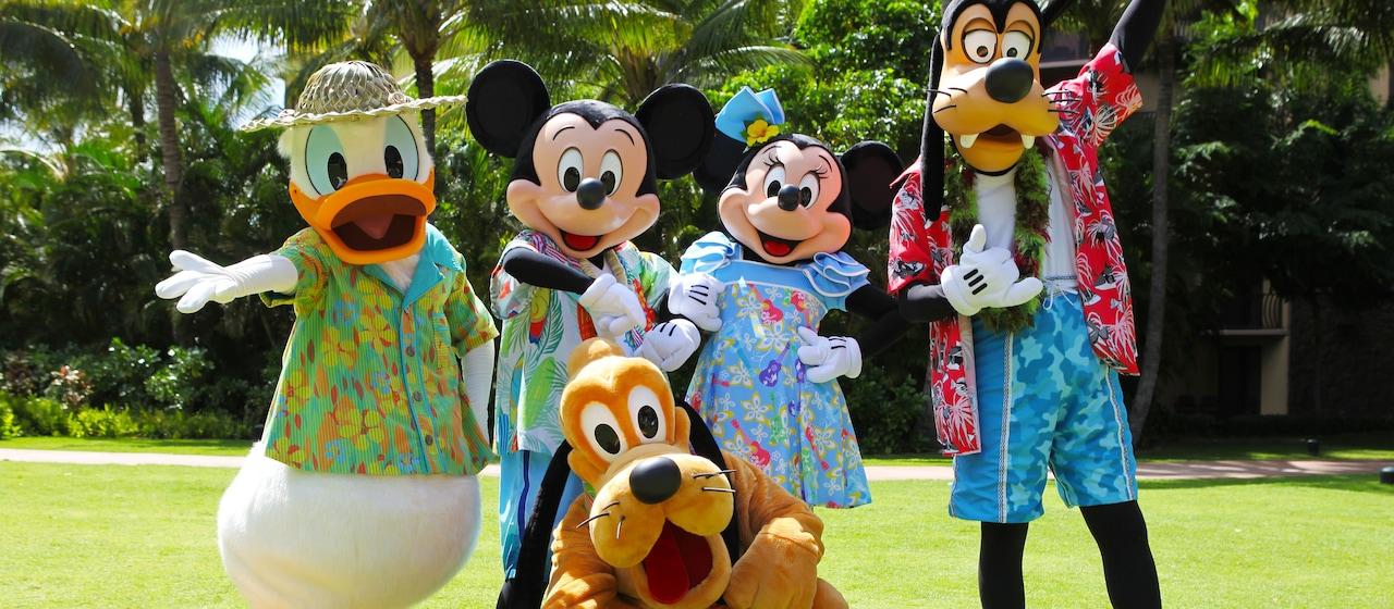 アウラニのハラヴァイ・ローンにてハワイアンコスチュームに身を包むドナルドダック、ミッキーマウス、ミニーマウス、グーフィーとプルート