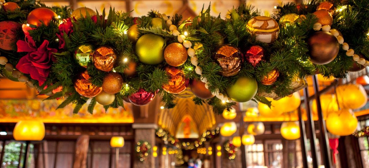 装飾品や花、紐で繋げられた貝が飾られた、Aulaniロビーに吊るされたるホリデイ飾り