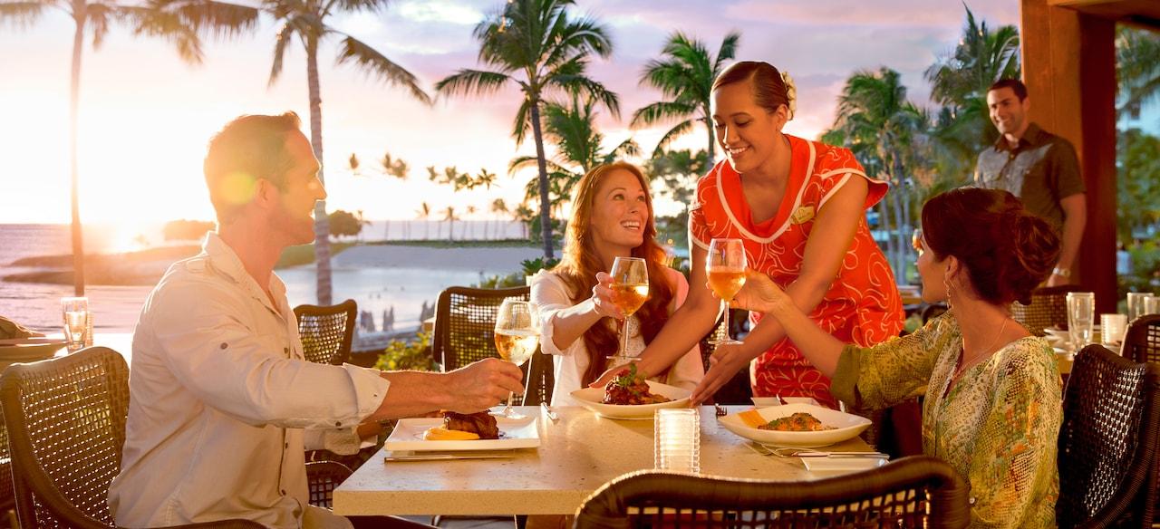 夕日を眺めながらの乾杯。そしてさらに盛られた料理を楽しむ。