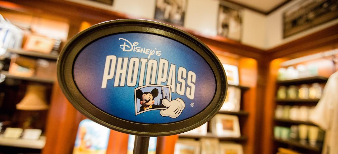 ミッキーマウスがお城の前で写っている写真掲載のディズニー・フォトパスの看板