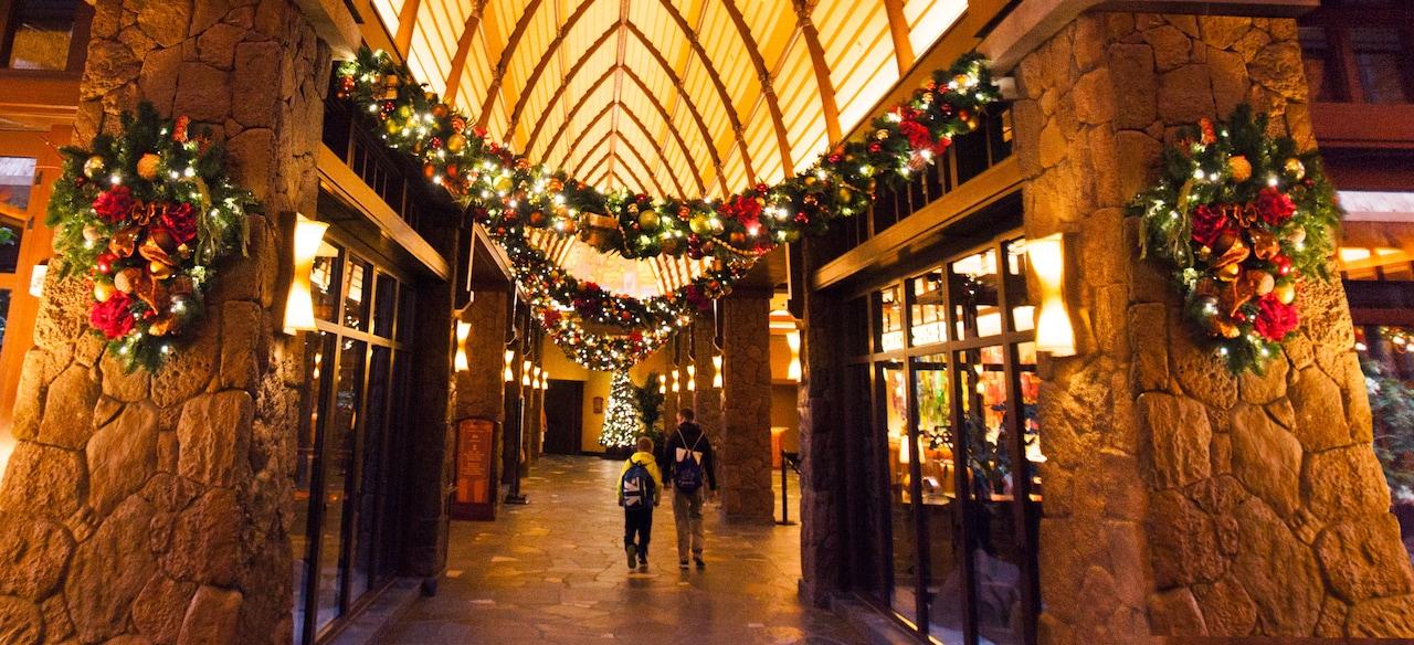 高い天井にホリデーシーズンの装飾をされたベイマツの枝
