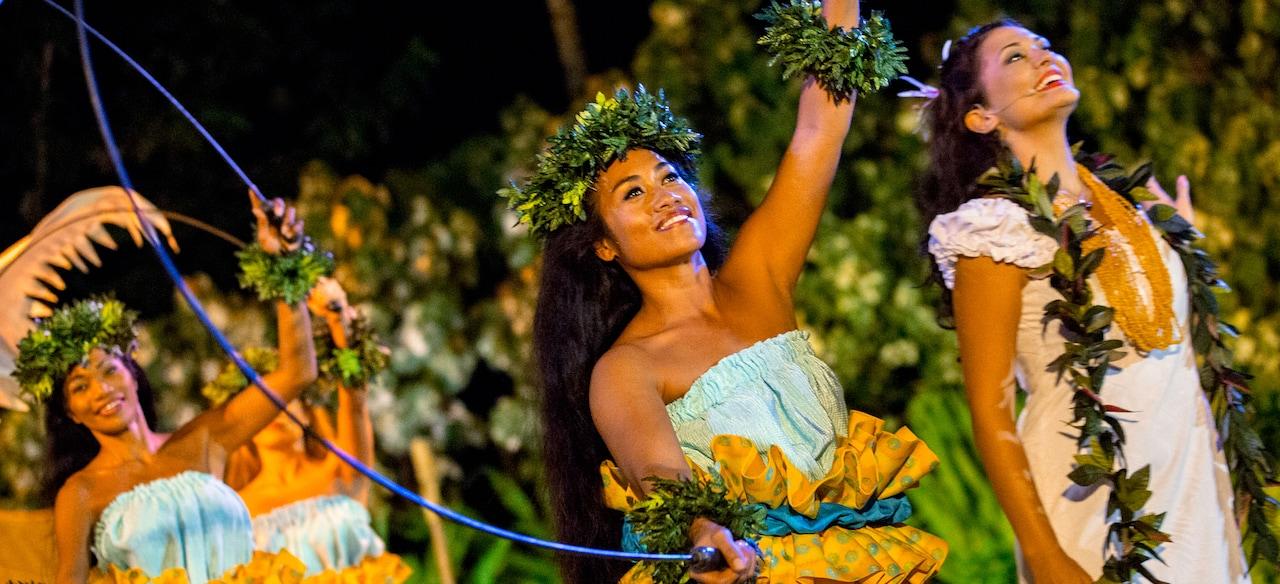 伝統的なポリネシアン・コスチュームに身を包んだフラダンサー達