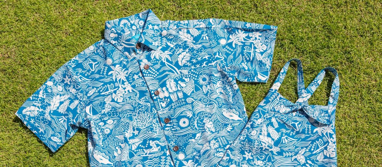火山や魚、海、海亀、パイナップル、ヤシの木や花などのハワイアン・イメージをフィーチャーした鮮やかなプリント・デザインのメンズ・ボタン・シャツとレディース・リゾート・ワンピース(サンドレス)