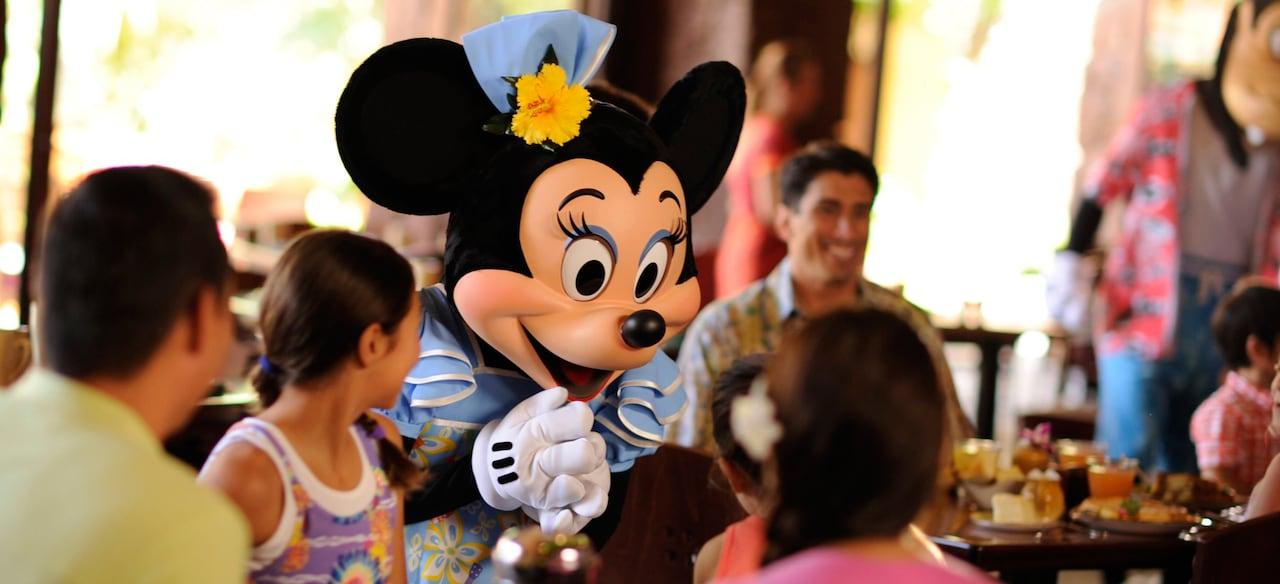 アウラニのレストラン Makahiki (マカヒキ) でのキャラクター・ブレックファストでファミリーに挨拶するミニーマウス