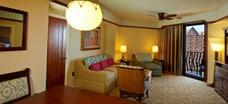 アウラニの 2 ベッドルーム・ヴィラのリビングエリアとバルコニー