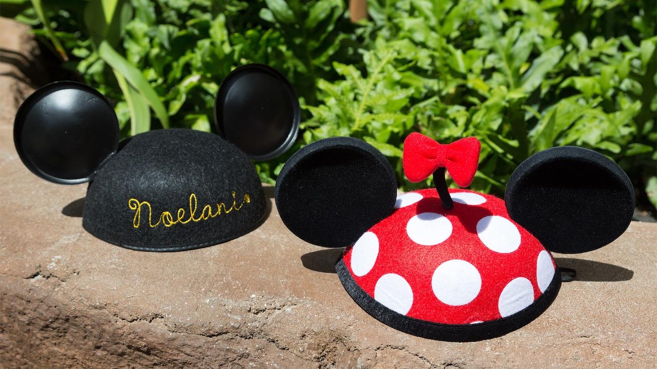 ノエラニの名前の刺繍の入ったミッキーマウス・イヤーハットとリボンのついた 水玉のミニーマウス・イヤーハット