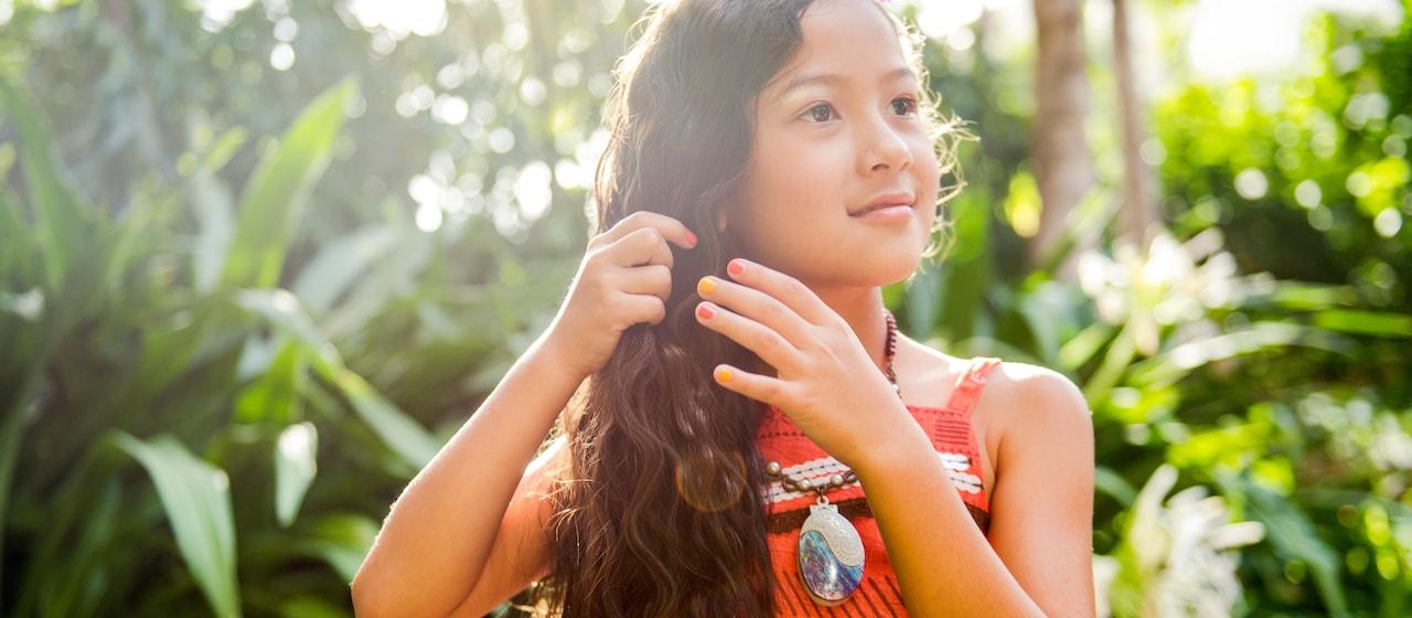 モアナに変身で、ハワイらしい模様の服を着て、貝殻をモチーフにしたネックレスをつけている長い髪をしている少女