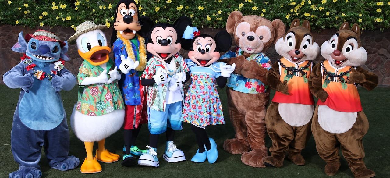 左からスティッチ、ドナルドダック、グーフィー、ミッキーマウスとミニーマウス、チップとデール