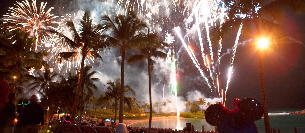 アウラニのビーチフロントの空を彩る花火