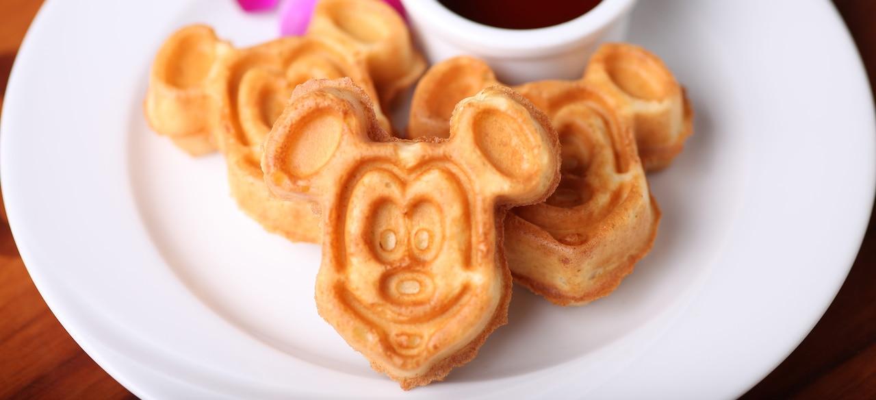 ミッキーマウスのワッフル・プレート。シロップとオーキッドの花を添えて