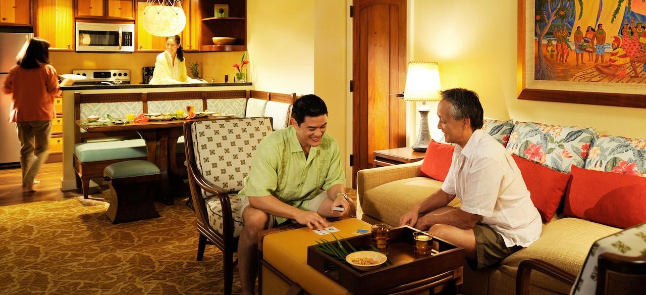 1 ベッドルーム・ヴィラのリビングエリアには、ソファ、椅子、ダイニングエリア、キッチン、装飾のアクセントがあります。