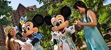 アウラニでミニーマウスとミッキーマウスと一緒にいる親子